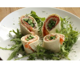 Menu: Wrap van zalm met groene asperge en dillesaus - Stoverij van varkenswangetjes en trapistenbier - Panna cotta met aardbeien